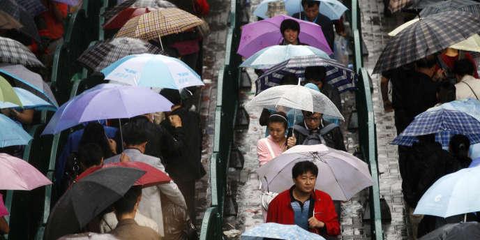 Des centaines de visiteurs font la queue pour entrer dans l'exposition universelle de Shanghaï, en 2010.