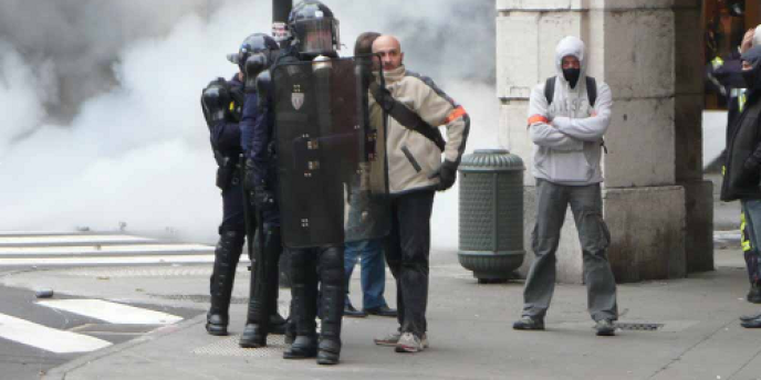 Sur cette image prise par un militant du Front de gauche à Chambéry en marge d'une manifestation, on distingue des policiers, portant un brassard, mais aussi des vêtements civils destinés à leur permettre d'infiltrer les cortèges.