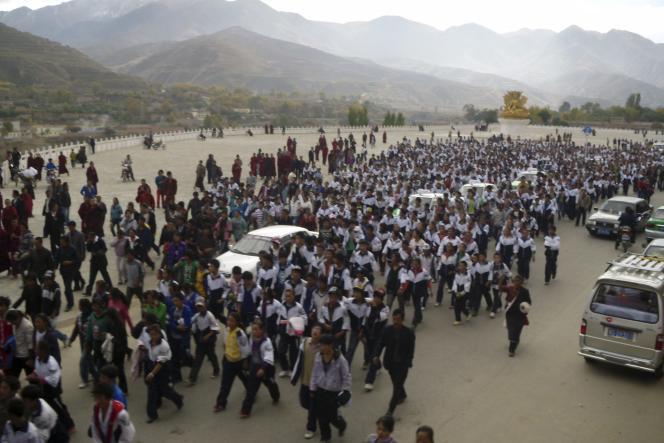 Plusieurs centaines d'adolescents ont manifesté, le 19 octobre, à Rebkong (Tongren en chinois), une ville de la province du Qinghai, dans le nord-ouest de la Chine, contre la politique du gouvernement chinois qui affecte l'enseignement du tibétain.