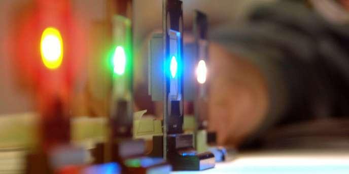 L'agence de sécurité sanitaire Anses recommande d'éviter l'utilisation des éclairages à diodes électroluminescentes dans les lieux fréquentés par les enfants et dans leurs jouets.