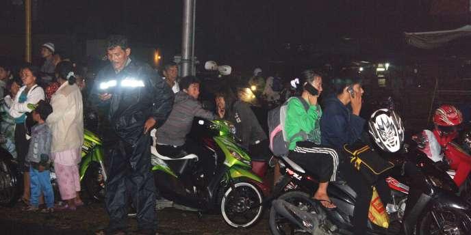 Sur l'île de Sumatra, les Indonésiens tentaient, lundi 25 octobre au soir, de rejoindre la ville de Padang, située sur les hauteurs, après l'alerte au tsunami émise par les autorités.