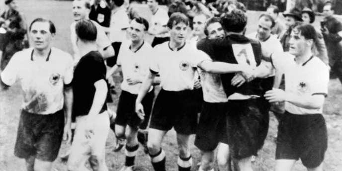 Les joueurs de la Mannschaft célèbrent leur victoire en finale de la Coupe du monde 1954, le 4 juillet à Berne.