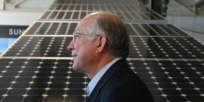 Le ministre des affaires intérieures américain, Ken Salazar, en visite dans un centre de recherche et développement sur l'énergie solaire, le 14 octobre à Richmond, en Californie.