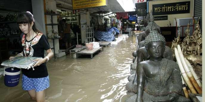 A Bangkok, au sud des régions inondées, les autorités se préparent depuis plusieurs jours à la montée des eaux du fleuve Chao Phraya.