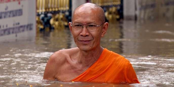 Un moine bouddhiste à Ayutthaya, le 25 octobre 2010.