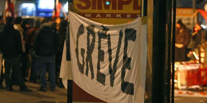 L'entrée d'un dépôt de bus à Neuilly-Plaisance (93) bloquée par des opposants à la réforme des retraites, mardi 26 octobre.