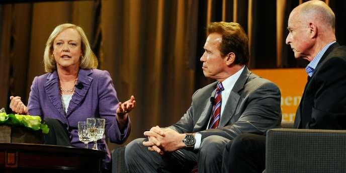 La républicaine Meg Whitman, le gouverneur de Californie, Arnold Schwarzenegger, et le démocrate Jerry Brown, lors du débat à Long Beach (Californie), mardi 26 octobre.