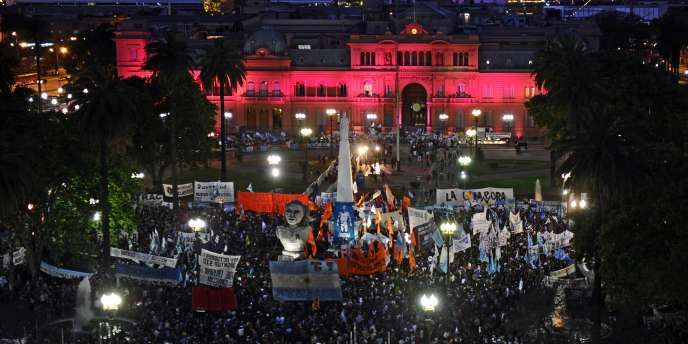 Rassemblement devant le palais présidentiel à Buenos Aires, après l'annonce du décès de l'ancien président Nestor Kirchner.