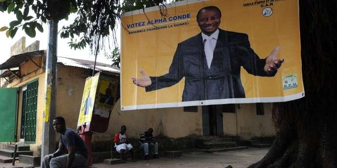 Une affiche de campagne pour le candidat à la présidentielle guinéenne, Alpha Condé, à Conakry.