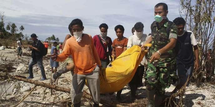 Des militaires et secouristes indonésiens tentent toujours de retrouver des survivants, plus de quatre jours après qu'un violent tsunami a dévasté les îles indonésiennes Mentawai, à l'ouest de Sumatra, lundi 25 octobre.