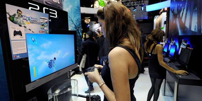 Une démonstratrice joue à la Playstation 3 de Sony.
