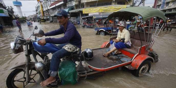La circulation dans les villes des régions du nord-est de la Thaïlande, comme ici dans la province d'Ayutthaya, est rendue difficile par les inondations qui frappent le pays depuis trois semaines.