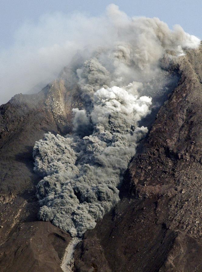 Le volcan a projeté, le 29 octobre, des cendres incandescentes jusqu'à plus de 10 kilomètres du cratère.