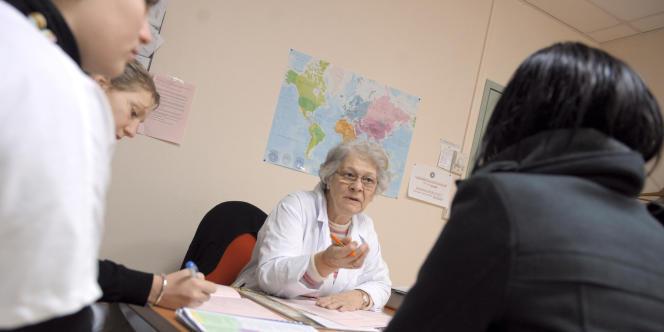 Les médecins sont inégalement répartis sur le territoire : la région Provence-Alpes-Côte d'Azur compte 374 médecins pour 100 000 habitants, contre 239 pour la Picardie.
