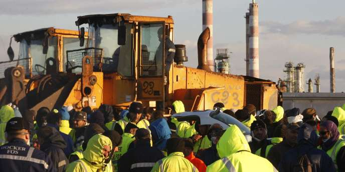 A Fos-sur-Mer, des dockers et employés des terminaux pétroliers sont toujours en grève, vendredi 29 octobre. Leurs collègues du Havre, en revanche, ont voté vendredi matin la reprise du travail.