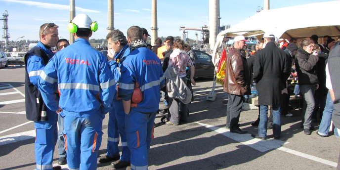 Des salariés de la raffinerie Total de Feyzin (Rhône), près de Lyon.