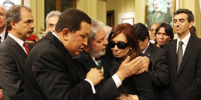 Les présidents Chavez (Venezuela) et Lula (Brésil) aux côtés de leur homologue argentine Cristina Kirchner, jeudi 28 octobre 2010, à Buenos Aires.