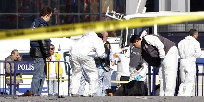 Des policiers et des secouristes turcs inspectent la scène de l'attentat-suicide dans le quartier de Taksim, à Istanbul.
