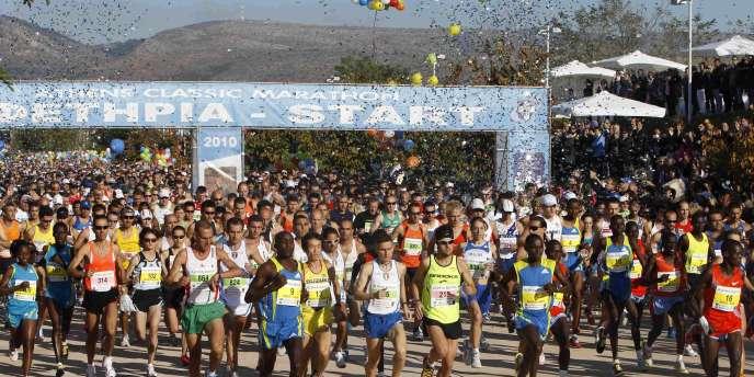 Le 28e marathon d'Athènes a attiré 12000 coureurs dimanche.