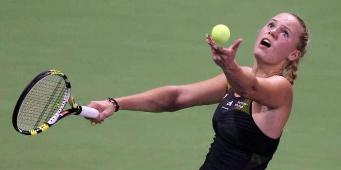 Caroline Wozniacki au service lors de la finale du tournoi de Doha, le 31 octobre.