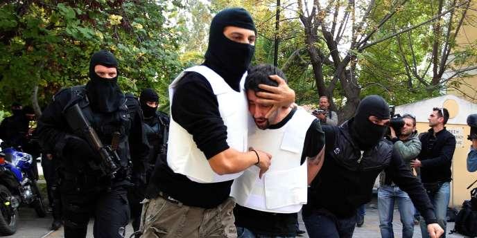 La police anti-terroriste escorte un homme suspecté d'avoir envoyé des colis piégés, mardi 2 novembre.