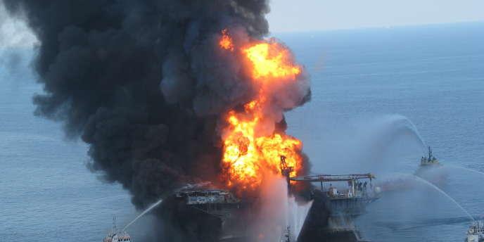 La plate-forme pétrolière Deepwater Horizon en feu, le 21 avril 2010, dans le golfe du Mexique.