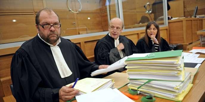 L'avocat d'Ange Toussaint Federici, Eric Dupond-Moretti (à gauche), s'installe dans la salle d'audience de la cour d'assises d'Aix-en-Provence, le 2 novembre, avant le début du procès des Marronniers.