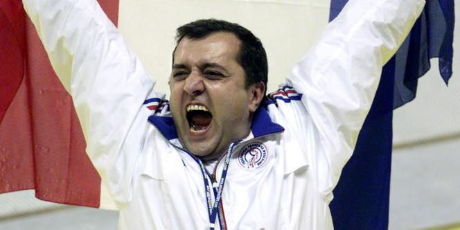Patrice Menon exulte lors de la victoire de l'équipe de France de fleuret aux Mondiaux 2001.