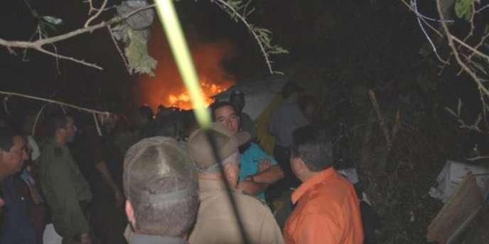 L'épave de l'appareil en flammes et éparpillé en morceaux se trouve au milieu d'une brousse difficile d'accès.