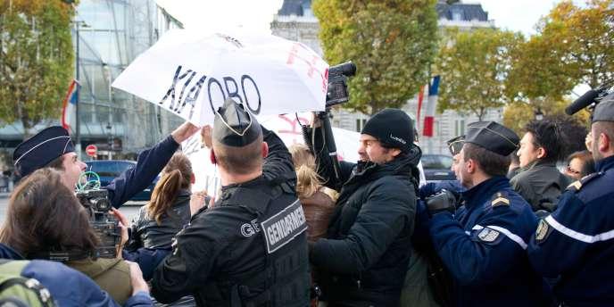La police est rapidement intervenue pour arrêter les militants de RSF.