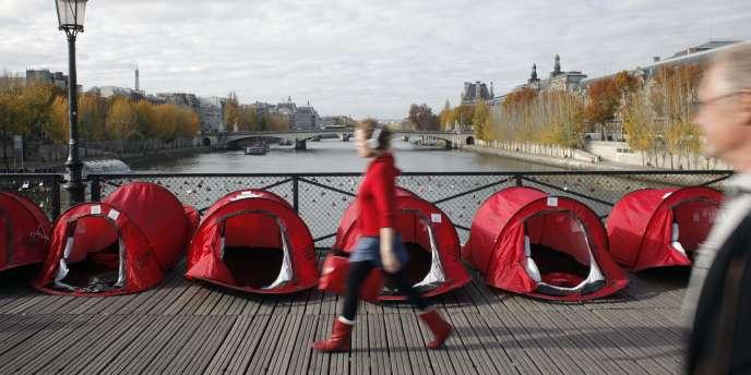 Des tentes installées sur le pont des Arts, à Paris, par le collectif des associations de lutte contre le mal-logement, le 5 novembre 2010.