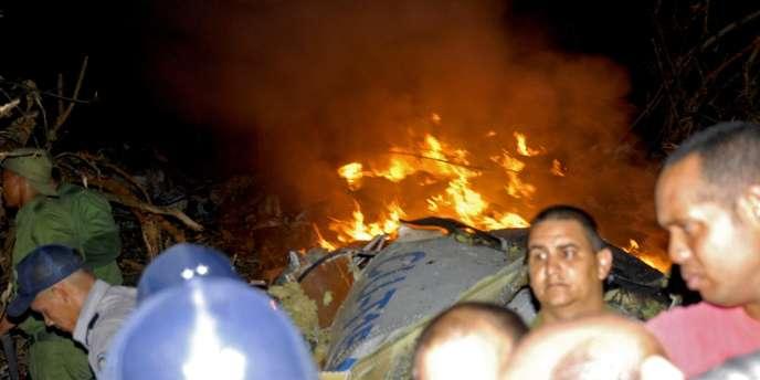 Des équipes de secours sur les lieux du crash de l'ATR 72 cubain à bord duquel se trouvaient 68 passagers.