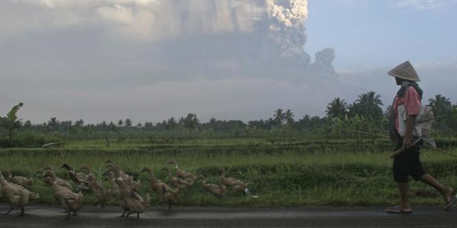Le Merapi culmine à 2 914 mètres au milieu d'une région extrêmement peuplée du centre de l'île de Java. Considéré comme le volcan le plus dangereux du pays, la