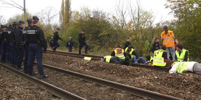 A Caen, des militants antinucléaires s'étaient enchaînés aux rails, vendredi 5 novembre.