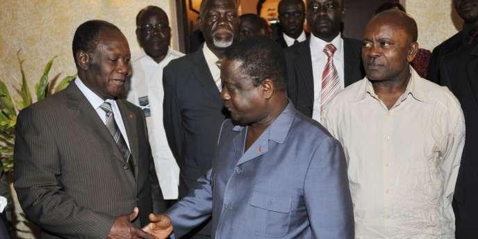 Alassane Ouattara (g) et Henri Konan Bedie se serrent la main, le 5 novembre à Abidjan.