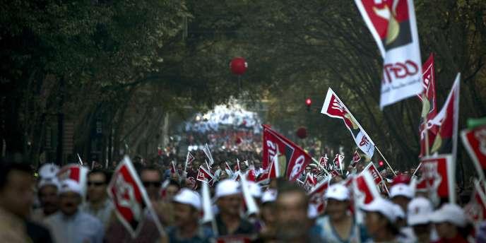Plusieurs dizaines de milliers de fonctionnaires ont défilé, samedi 6 novembre à Lisbonne, pour protester contre la politique d'austérité menée par le gouvernement socialiste