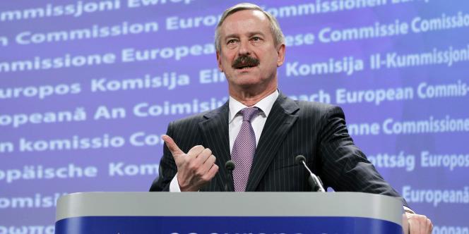 Le commissaire européen aux transports, Slim Kallas, lors d'une conférence de presse au siège de la Commission européenne à Bruxelles, le 5 novembre 2010.