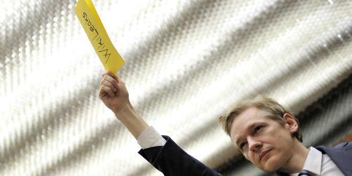 Julian Assange, le porte-parole de WikiLeaks, demande la parole lors d'une réunion entre des ONG et le département d'Etat américain, le 5 novembre à Genève.