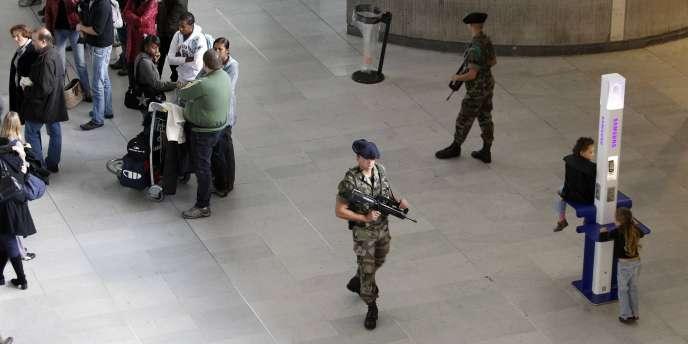 Une patrouille à l'aéroport de Roissy, le 30 octobre.