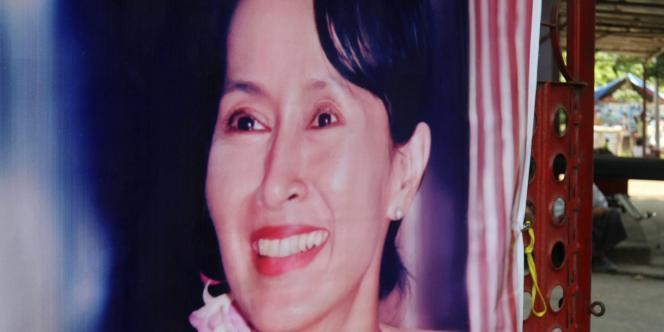 Une affiche d'Aung Sang Suu Kyi au quartier général de la Ligue nationale pour la démocratie, parti de la leader de l'opposition à la junte birmane placée en résidence surveillée depuis 18 mois.