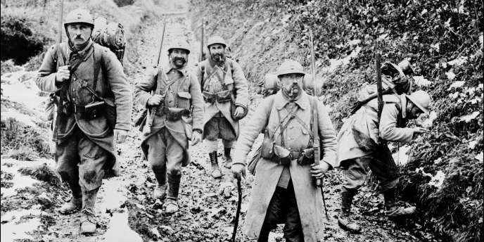 Photo prise lors d'une relève de troupes au Chemin des Dames en 1916.
