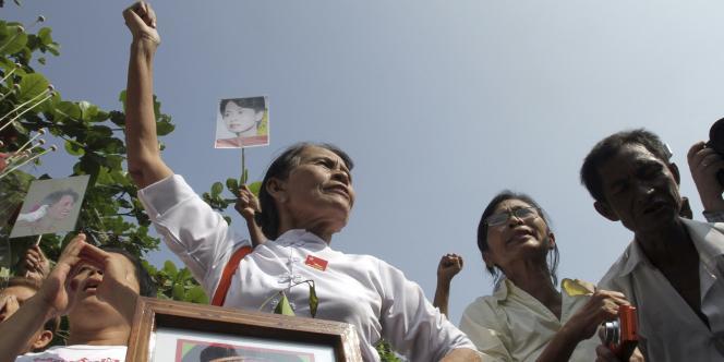 Ils sont près de 600 à s'être réunis, samedi 13 novembre, devant la villa d'Aung San Suu Kyi à Rangoun, en Birmanie.