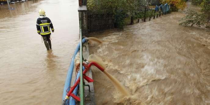 Un pompier dans les rues de Swalm, en Belgique. La ville a été touchée par une importante montée des eaux.