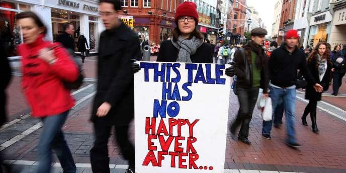 Une manifestante contre la crise économique à Dublin, le 12 novembre 2010.
