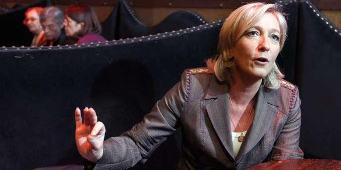 Marine Le Pen s'exprime le 14 novembre dans une discothèque à Paris, lors d'un point de presse précédant une réunion de campagne interne pour la présidence du FN.