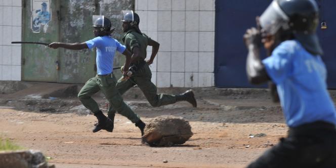 A Conakry, des affrontements entre de jeunes partisans du candidat Cellou Dalein Diallo et les forces de l'ordre avaient fait, lundi, au moins un mort et des dizaines de blessés, selon une source policière.