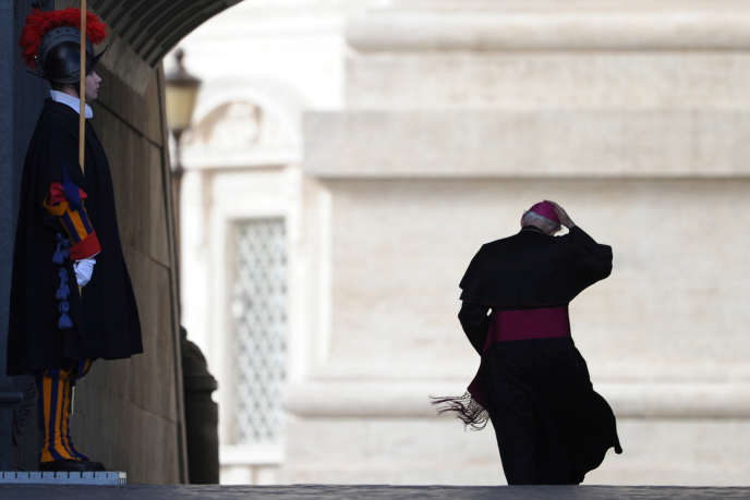 Un cardinal se rend à l'audience hebdomadaire du pape Benoît XVI à la basilique Saint-Pierre, au Vatican.