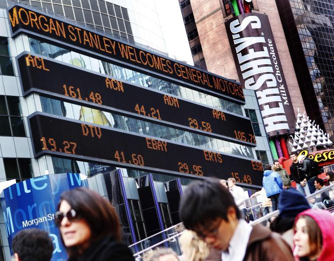 Message accueillant le retour de GM sur l'immeuble de Morgan Stanley à New York, le 17 novembre 2010.