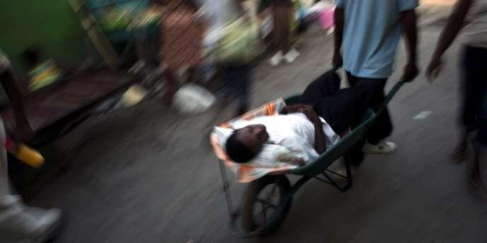 Un Haïtien, victime du choléra, transporté dans un centre de Médecins sans frontières à Port-au-Prince, le 18 novembre 2010.