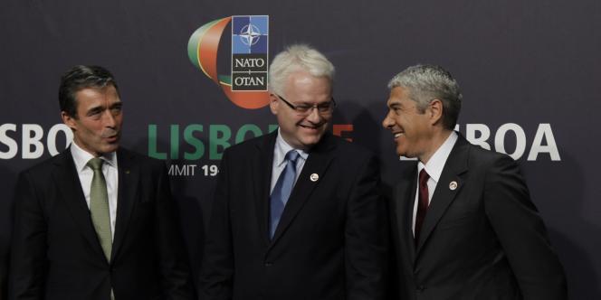 Le secrétaire général de l'OTAN Anders Fogh Rasmussen accompagné du premier ministre grec Jose Socrates et du président croate Ivo Josipovic.
